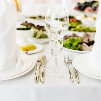 在餐厅不同正餐宴会桌