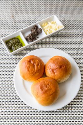 正餐面包卷,面包新鲜烤什锦黄油在晚餐课程用于白板