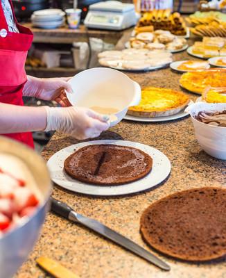 烹饪巧克力海绵蛋糕的过程