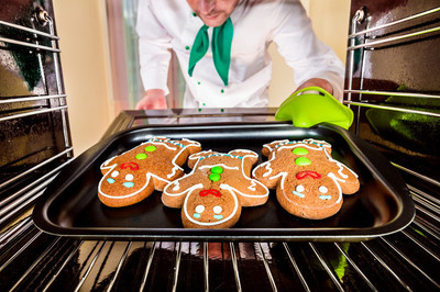 在烤箱里的烤姜饼人。