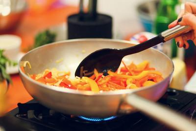 在平底锅烹饪