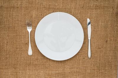 空的白板和叉、 刀
