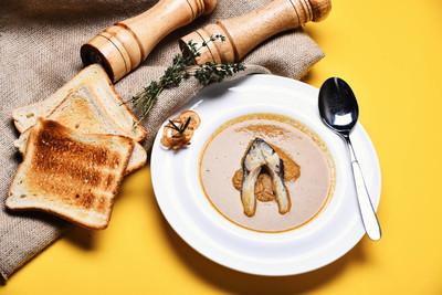 奶油汤或棕色泥在黄色背景
