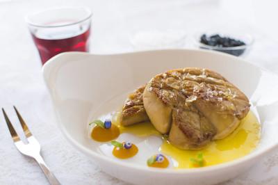 法式鹅肝酱, 配上白盘子的苹果汁。炸鹅肝美食