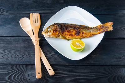 盘子里的炸鱼