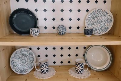 茶杯和盘子在橱柜里。蓝色颜色