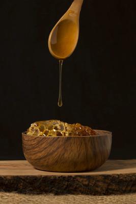 从木勺到木盘子的流动蜂蜜