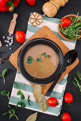 黑色塑料碗美味奶油汤特写图