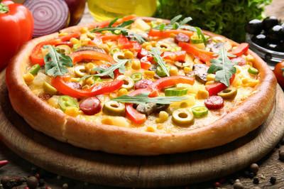 与蔬菜美味的披萨