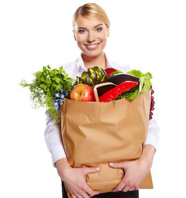 女人逛街买水果和蔬菜