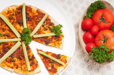 土耳其牛肉披萨与黄瓜顶上