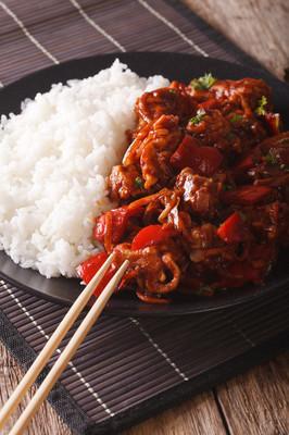 亚洲美食︰ 饭糖醋特写的猪肉。v