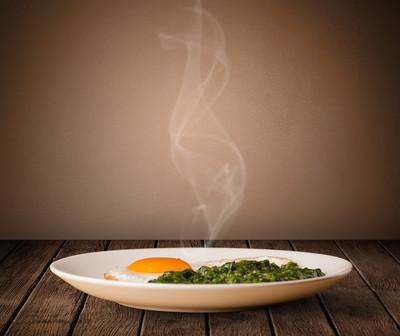 新鲜美味回家煮熟的食物与蒸汽