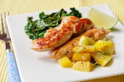 烤的鸡胸配炒芥兰和南瓜蔬菜