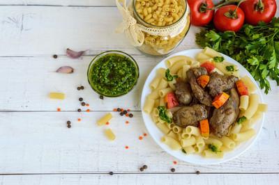 意大利面和煎的鹅肝 (鸡、 鸭) 香蒜酱和番茄在白色背景上