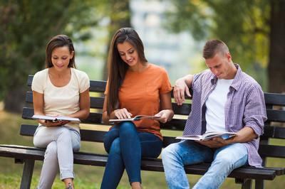 三个大学生