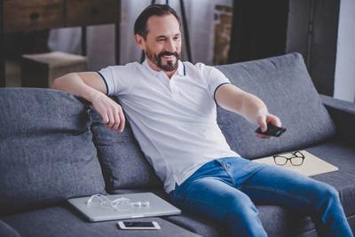 微笑胡子的人的画像在家看电视在沙发上