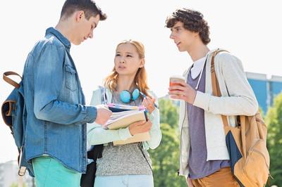 大学学生交谈