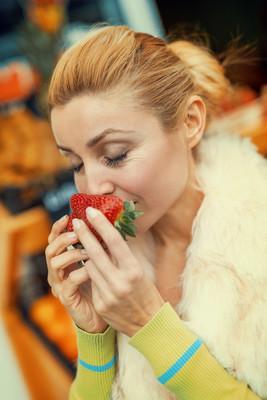 女人买草莓