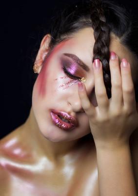 时尚化妆的漂亮女孩