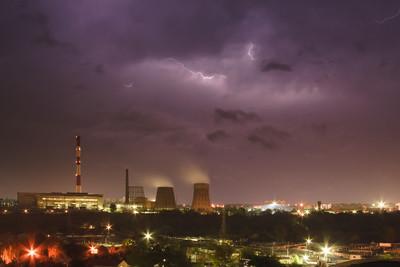 闪电在夜晚的城市