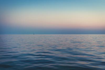 在海上日落