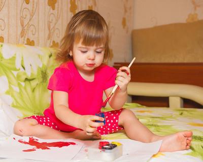 这个小女孩画画