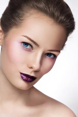 时尚紫罗兰色化妆的女人