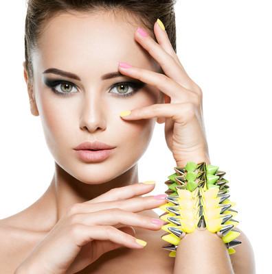女人的美丽的指甲和珠宝