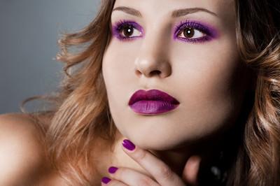 优雅时尚女人以紫罗兰色的面貌