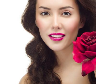 红色玫瑰花的女人