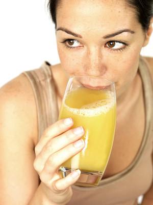 年轻女子喝果汁