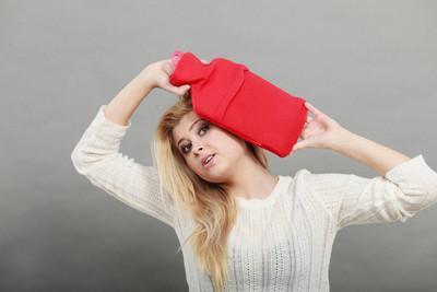 女人抱着头上的红热水壶