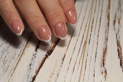 妇女的手与时尚的指甲。最好