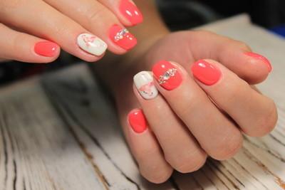 惊人的天然指甲。妇女的手, 干净的指甲。胶凝体波兰语应用