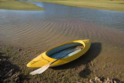 黄色皮划艇在水的边