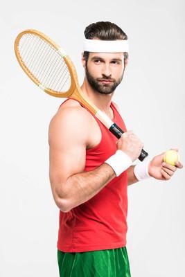 肌肉网球运动员举行复古木球拍和球, 孤立的白色