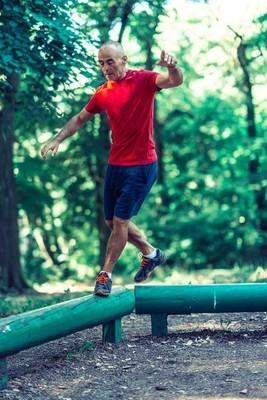 在公共公园户外运动的高级男性