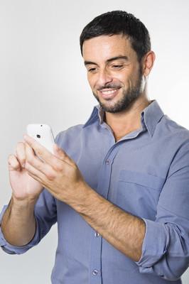 年轻男子发短信的手机