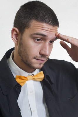 在不同的领结的年轻人羽绒服