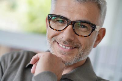 带眼镜的中年男子微笑肖像