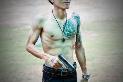 英俊的年轻男子纹身