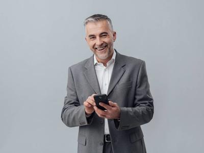 与智能手机的商人发短信
