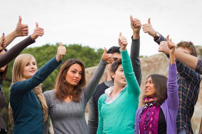 大学生与竖起大拇指