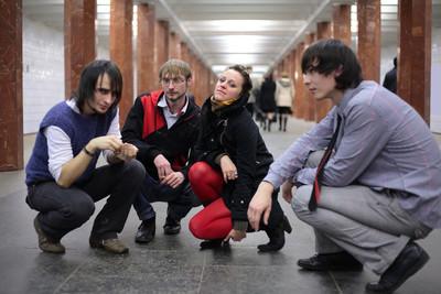 集团的地铁站上的青年朋友