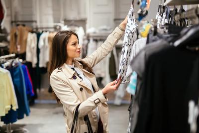 美丽的女商人买衣服