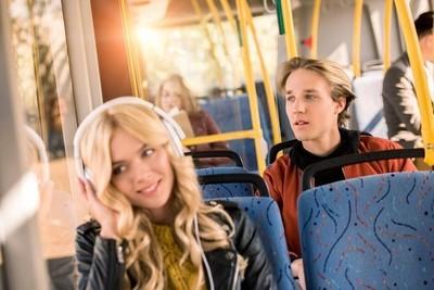 年轻人在城市公交车