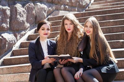 室外肖像的高中学生
