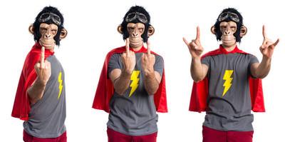 超级英雄猴人做角手势