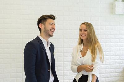 年轻的商界人士谈论伟大的合作